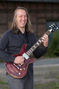 Christian an der Gitarre